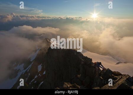 Bergsteiger am Gipfelgrat des Hohen Riffler, Verwall, Tirol, Österreich - Stock Photo