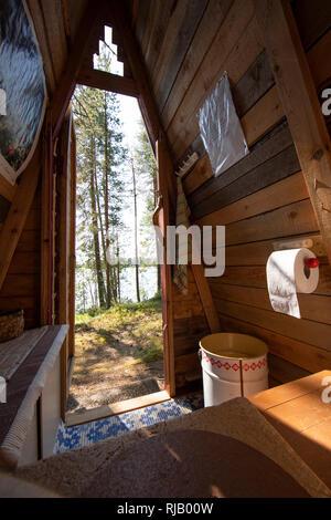 Finnland, Kuusamo, Toilette, Plumpsklo eines einfachen Ferienhauses (Mökki) Stock Photo