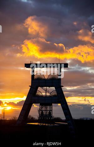 Zeche Ewald, stillgelegtes Steinkohlen-Bergwerk, Heute ein Mix aus Freizeit, Industrie, Gewerbe und Kulturpark, Gewitterwolken am Abend  über Doppelbo - Stock Photo