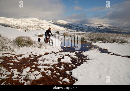 Mountain biker on a fatbike in the Peak District National Park. Climbing Mam Tor hill in the Hope valley. - Stock Photo