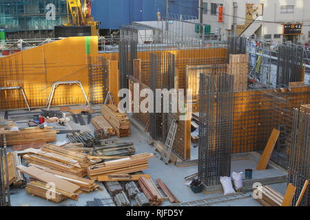 Rebar pillars, timber and equipment on a construction site for a large multi-purpose building (shopping centre, apartments etc.) in Chiba City. - Stock Photo