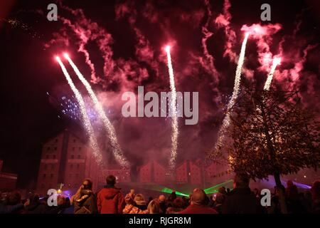 Fireworks Spectacular at Gloucester Docks  Picture by Antony Thompson - Thousand Word Media, NO SALES, NO SYNDICATION. Contact for more information mo - Stock Photo