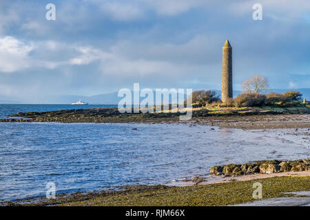 Largs foreshore looking past the Ancient Pencil Monument there to commemorate the Viking Battle of Largs in 1263. The Largs to Millport Ferry can be s - Stock Photo