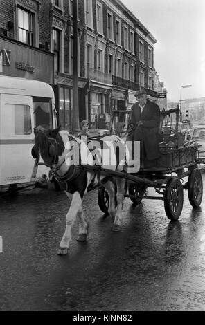 Rag and Bone man also called a Totter  collecting scrap metal and stuff to sell with his horse and cart, Notting Hill area of West London 1970.Collecting scrap for recycling re-cycling 1970s UK. HOMER SYKES - Stock Photo