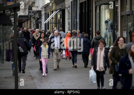 Shoppers on Promenade in Cheltenham.   30/12/2017   Picture by Thousand Word Media.  NO SALES, NO SYNDICATION. Contact for more information mob: 07775 - Stock Photo