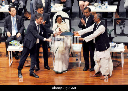 West Bengal Chief Minster Mamata Banerjee (middle) along entrepreneur and business man during the inauguration of Bengal Global Business Summit 2019. (Photo by Saikat Paul/Pacific Press) - Stock Photo