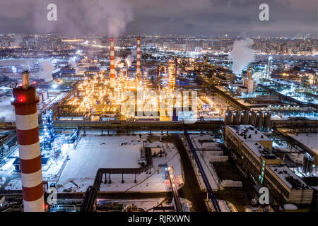Moscow, Russia. 07th Feb, 2019. MOSCOW, RUSSIA - FEBRUARY 7, 2019: A night view of the Gazprom Neft Moscow oil refinery in Kapotnya. Sergei Bobylev/TASS Credit: ITAR-TASS News Agency/Alamy Live News - Stock Photo