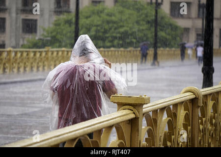 February 7, 2019 - SãO Paulo, São Paulo, Brazil - São Paulo (SP), 07/01/2019 -BRAZIL - SAO PAULO - WEATHER-Pedestrians protect themselves from the rain in downtown Sao Paulo, in Brazil, on February 07, 2019. Credit: Cris Faga/ZUMA Wire/Alamy Live News - Stock Photo
