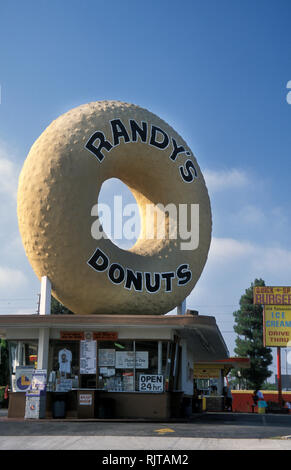 Inglewood,  Los Angeles, California, USA, featuring huge donut sculpture atop  Randy's Donuts fast food bar Stock Photo