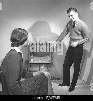 Television in the 1950s. A young couple is pictured with a typical 50s television set.  Photo Kristoffersson ref CC94-3. Sweden 1958 - Stock Photo