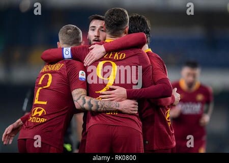 Foto Fabio Rossi/AS Roma/LaPresse 8/2/2019 Verona (Italia) Sport Calcio Chievo Verona-Roma Campionato Italiano Serie A TIM 2018/2019 - Stadio Bentegodi Nella foto: Edin Dzeko festeggia il gol con i compagni   Photo Fabio Rossi/AS Roma/LaPresse 8/2/2019 Verona (Italy) Sport Soccer Chievo Verona-Roma Italian Football Championship League Serie A Tim 2018/2019 - Bentegodi Stadium In the pic: Edin Dzeko celebrates his goal with teammates - Stock Photo