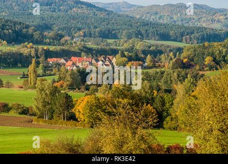 Farbenfrohe Herbstlandschaft im Naturpark Hersbrucker Schweiz, Bayern, Deutschland | Colorful Autumn Landscape with view over Hersbruck - Stock Photo