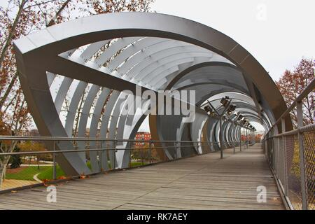 Arganzuela Footbridge over the Madrid Rio, one of the many crossings along the long pedestrian and cycling path over the river Manzanares in Madrid - Stock Photo