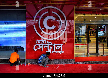 Kolkata, West Bengal, India. 9th Feb, 2019. People seen working in front of a branded garments showroom of Central at the street in kolkata, Central has opened up their new operation from 8th February at Metro Cinema, Dharmatala - Kolkata, India Credit: Avishek Das/SOPA Images/ZUMA Wire/Alamy Live News - Stock Photo