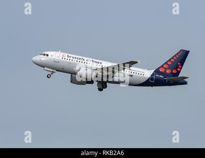 Brussels Airline, Airbus, A319-100, OO-SSJ takes off at Manchester Airport - Stock Photo