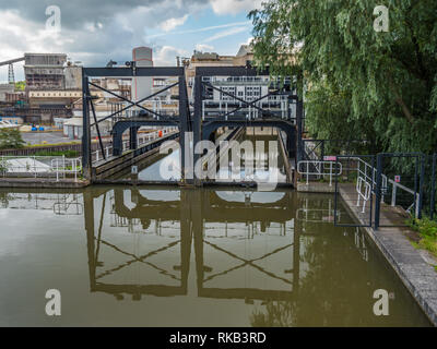 Anderton Boat Lift is a 2 caisson lift lock. Providing a 50-foot vertical link between 2 navigable waterways; River Weaver and Trent and Mersey Canal. - Stock Photo