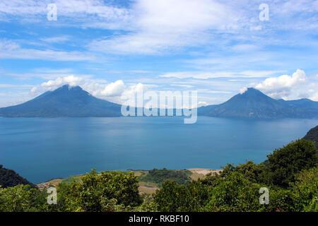 Lago de Atitlán en Guatemala rodeado de 3 volcanes y 12 pueblitos que lo rodean, población principalmente de origen indígena y frecuentes turistas - Stock Photo