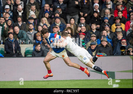 Twickenham, United Kingdom. 7th February, Chris ASHTON, carried by Damiam PENAUD, as go's in for a try, during the England vs France, 2019 Guinness Six Nations Rugby Match  played at  the  RFU Stadium, Twickenham, England,  © PeterSPURRIER: Intersport Images Credit: Peter SPURRIER/Alamy Live News - Stock Photo
