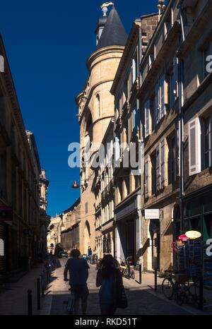 France, Nouvelle Aquitaine, Gironde. ''grosse Cloche'' and Saint Eloï´s gate from Rue Teulère at Bordeaux. - Stock Photo