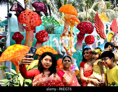 Dhaka, Bangladesh. 10th Feb, 2019. Devotees take selfie with Hindu Goddess Saraswati at a temple in Dhaka, Bangladesh, Feb. 10, 2019. Hindu community in Bangladesh on Sunday celebrated the Saraswati Puja Festival by worshipping Saraswati, goddess of knowledge, wisdom, art and music. Credit: Stringer/Xinhua/Alamy Live News - Stock Photo