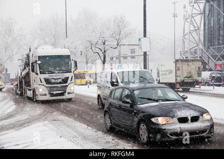traffic during heavy snowfall on the street Goldgasse, snow, winter, Cologne, Germany.  Verkehr bei starkem Schneefall in der Goldgasse, Schnee, Winte - Stock Photo