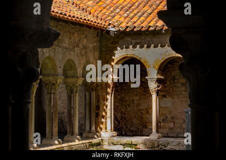 France, Occitanie, Haute Garonne, Cloister of the Sainte Marie cathedrale, at Saint Bertrand de Comminges. Pilgrimage way to Santiago de Compostela. - Stock Photo