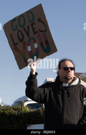 Thousand Oaks, Ventura County, California, USA. 11th February, 2019. A peaceful protest of school faculty, students, parents, and the community in front of Thousand Oaks High School on Feb. 11, 2019 in protest against Westboro Church. Marc Mohr of Sylmar came to support the high school and community with a poster to spread the message of love.  (© Jesse Watrous) Credit: Jesse Watrous/Alamy Live News - Stock Photo