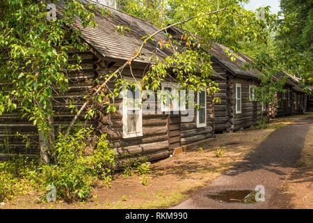 Log cabins at Lake McDonald Lodge in Glacier National Park, Montana, USA. - Stock Photo