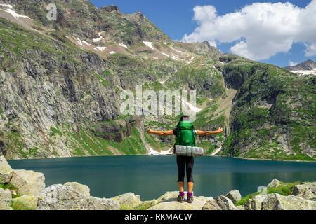 trekker, lago de Caillouas, Gourgs Blancs, cordillera de los Pirineos, France. - Stock Photo