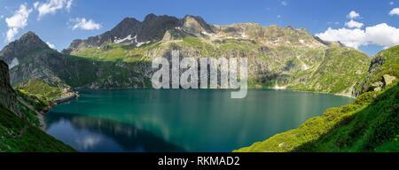pic de Hourgade 2964 mts, lago de Caillouas, Gourgs Blancs, cordillera de los Pirineos, France. - Stock Photo