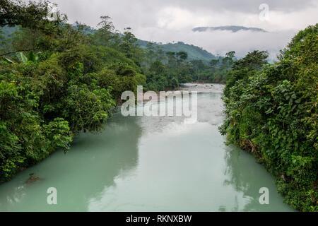 puente colgante sobre el rio Satan, Tesoro Chiquito, La Taña, Franja Transversal del Norte , departamento de Quiché, Guatemala. - Stock Photo