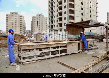 190212) -- BAGHDAD, Feb  12, 2019 (Xinhua) -- Laborers work at the