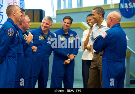 Cape Canaveral, Florida, USA. 29th Apr, 2011. United States President Barack Obama and First Lady Michelle Obama meet with STS-134 space shuttle Endeavor commander Mark Kelly, right, and shuttle astronauts, from left, Andrew Feustel, European Space Agency's Roberto Vittori, Michael Fincke, Gregory H. Johnson, and Greg Chamitoff, after their launch was scrubbed, Friday, April 29, 2011, at Kennedy Space Center in Cape Canaveral, Florida.Mandatory Credit: Bill Ingalls/NASA via CNP Credit: Bill Ingalls/CNP/ZUMA Wire/Alamy Live News - Stock Photo