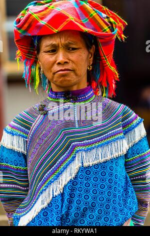 Flower Hmong (hill tribe) woman at the Sunday market at Bac Ha, northern Vietnam. Every Sunday ethnic minorities come from surrounding villages and - Stock Photo