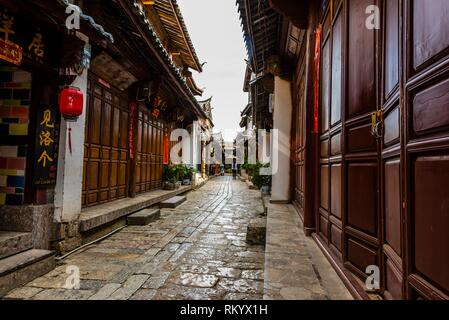 The narrow, winding cobblestone streets of Dayan (The Old Town) which are lined with shops, Lijiang, Yunnan Province, China. The Old Town is a UNESCO - Stock Photo