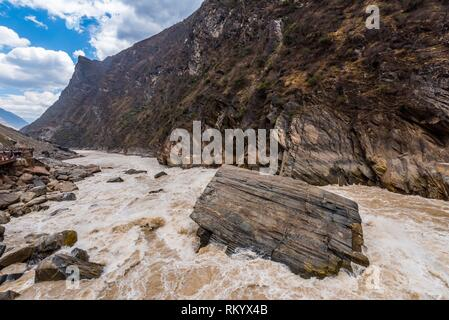The Tiger Leaping Gorge is a canyon on the Jinsha River (a primary tributary of the upper Yangtze River). 60 kilometers north of Lijiang, it is on - Stock Photo