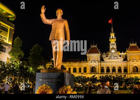 Statue of Ho Chi Minh with Hotel de Ville (Ho Chi Minh CIty Hall) behind, HCMC Ho Chi Minh City (Saigon), Vietnam. - Stock Photo