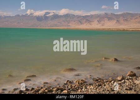 The beautiful colours of Karakul Lake on the Pamir Highway, Gorno Badakhshan, Tajikistan. - Stock Photo