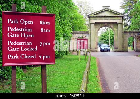 Outside Tatton Park Knutsford town stone gate, Tatton Park Gardens, Mereheath Drive, Knutsford WA16 6QN - Stock Photo