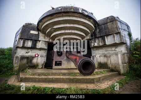 An artillery gun in the german coastal battery at Longues-sur-Mer was located between Omaha and Gold Beaches (department of Calvados, region of - Stock Photo