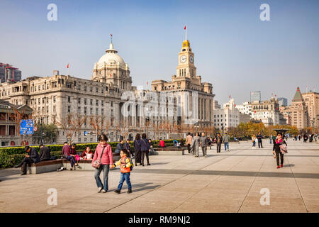 29 November 2018: Shanghai, China - Visitors walking on The Bund, beside the Huangpu River, Shanghai. - Stock Photo