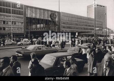 Series of the historical Muenchen Hauptbahnhof, October 1971. View of the telegraph office with heavy traffic and many people, 'rush hour'. - Stock Photo