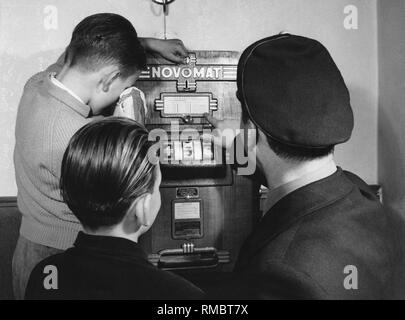 Policeman talks about games of luck to teenagers, 50s - Stock Photo