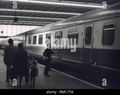 Series of the historical Muenchen Hauptbahnhof, October 1971. Train window cleaning from the outside. - Stock Photo