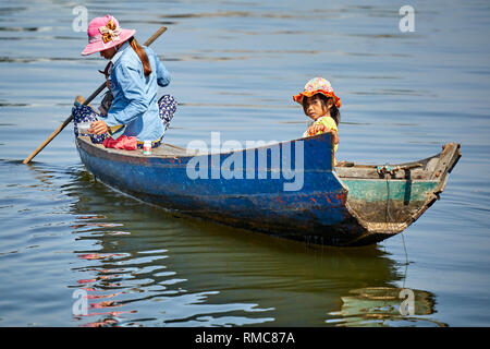 Tonlé Sap Lake,  Cambodia. 19th December, 2017. A mother and daughter in a row boat on Tonlé Sap Lake. Photo: Bryan Watt - Stock Photo