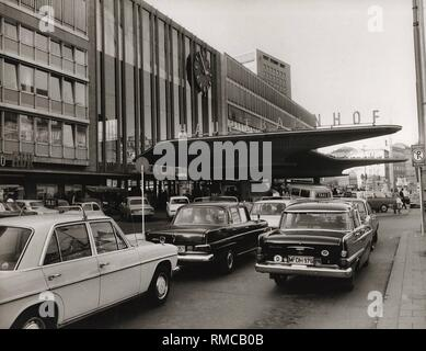 Series of the historical Muenchen Hauptbahnhof, October 1971. Taxi stand at the main entrance. - Stock Photo