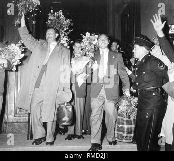 Arrival of the team in Lindau. Max Morlock and the Vice President of the DFB Huber welcoming the fans. In 1954, Germany won the World Cup for the first time in Switzerland. On the right, an official of the railway police. - Stock Photo