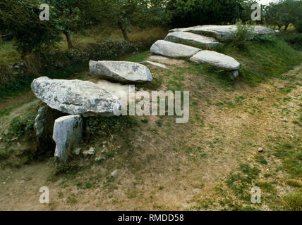 View W of Mané Rethual Neolithic passage grave, Locmariaquer, Carnac, Brittany, France, showing entrance passage & massive granite capstone on chamber - Stock Photo