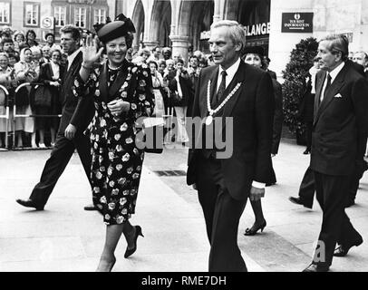 Queen Beatrix of the Netherlands together with husband Prince Claus (right) in front of the Munich Town Hall on Marienplatz. Host and Lord Mayor Georg Kronawitter with chain of office right next to the Queen, behind (half hidden), his wife Hildegard. - Stock Photo