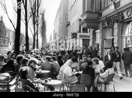Guests of the Eiscafe Venezia in the Leopoldstrasse, Munich. (Undated photo). - Stock Photo